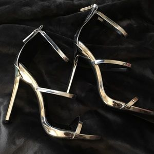 Shoes - 🆕Silver heeled sandal